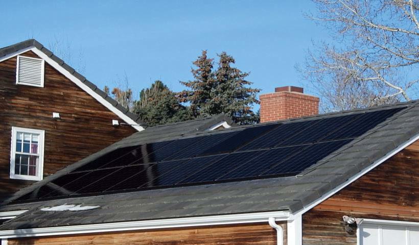 üveg napelem a háztetőn